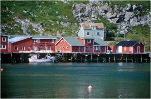 Typisch Lofoten: farbige Fischerhütten zwischen Berg und Meer