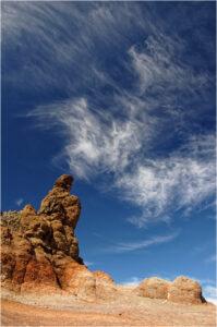 Das Spiel von Wolken und farbigen Felsen