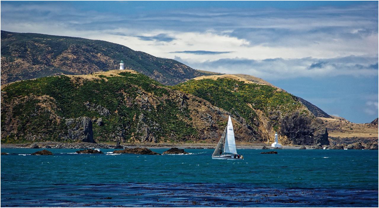 Blick von der Palmer Bay über die Meerenge zum Pencarrow Head