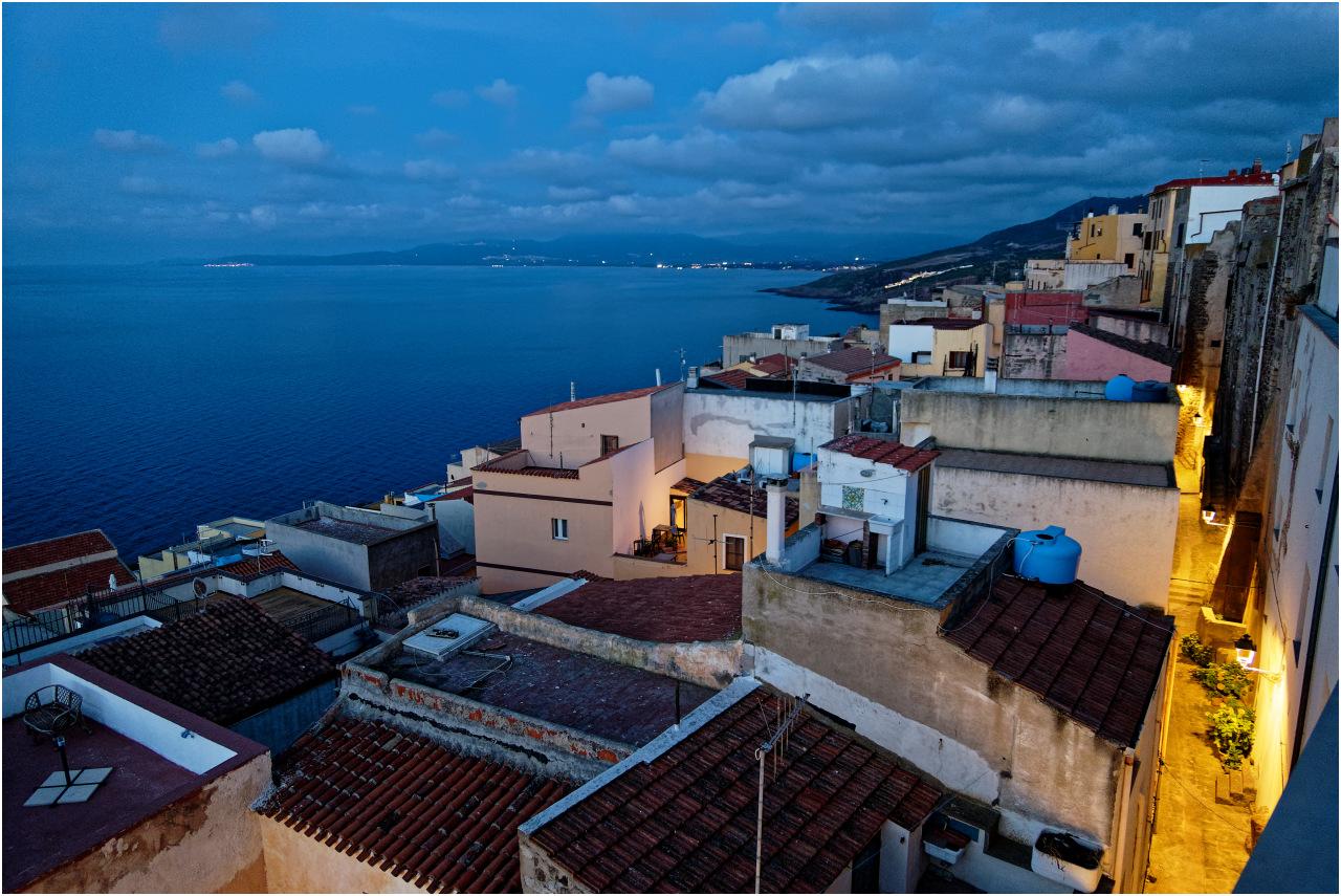 Der abendliche Ausblick von unserer Terrasse über die Altstadt und in Richtung Badesi...