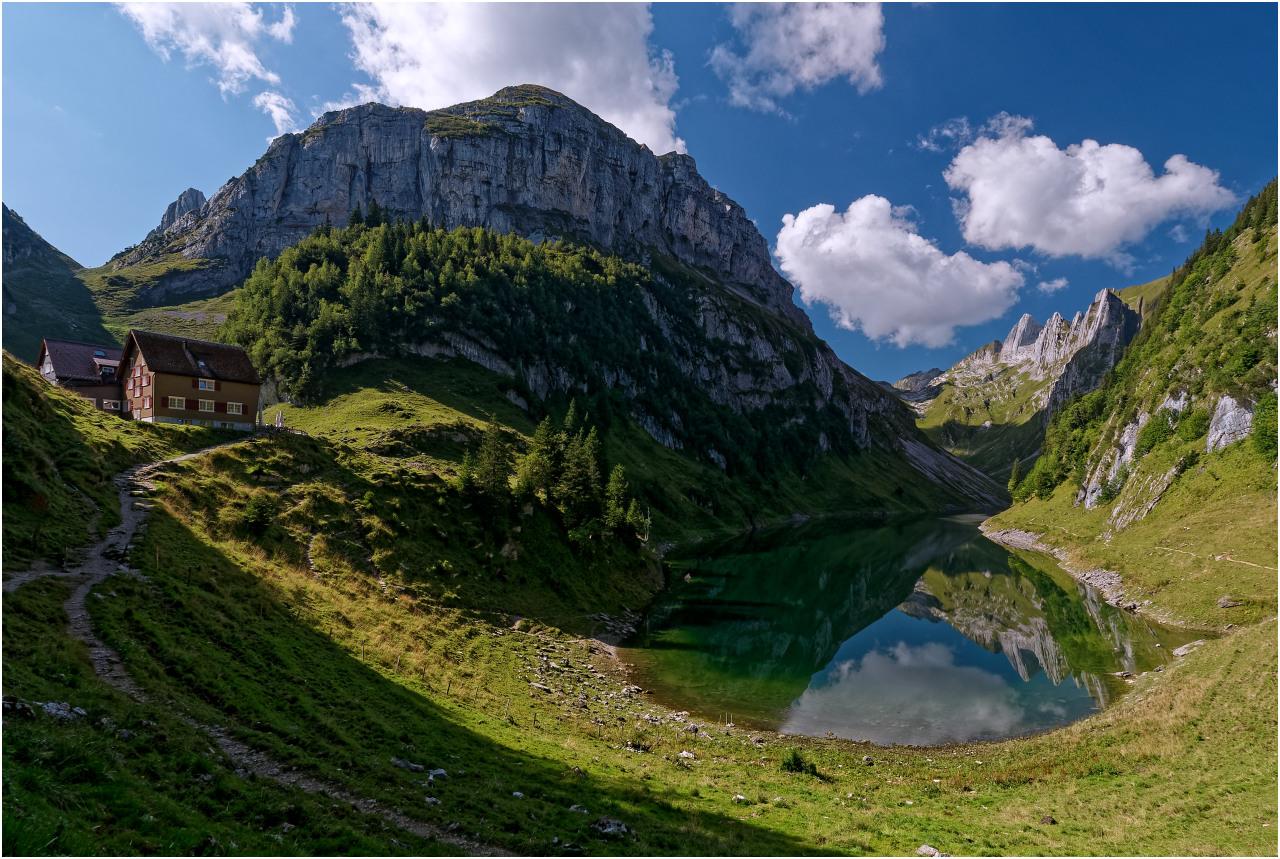 Der See mit dem Roslenfirst und dem Gasthaus