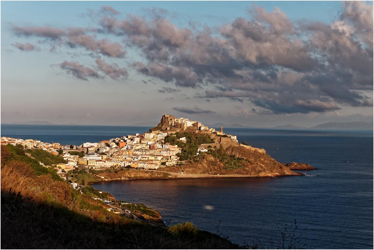 Der Blick am frühen Morgen auf Castelsardo - oben die Burg mit der Altstadt, unten links der neue Stadtteil