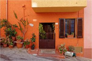 In der ganzen Stadt sind die Häuser farbenfroh