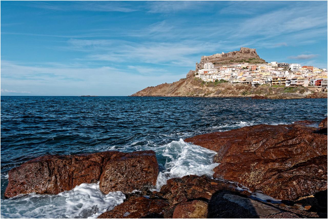 Der Blick vom Hafen zum Burghügel